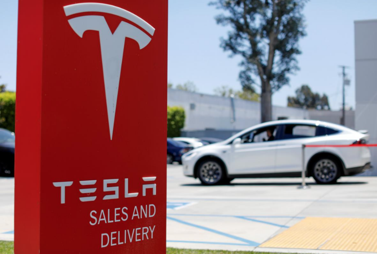 FILE PHOTO: A Tesla sales and service center is shown in Costa Mesa, California, U.S. June 28, 2018. REUTERS/Mike Blake/File Photo