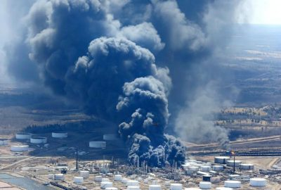 Dark smoke rises from Husky Energy oil refinery following an explosion in Superior, Wisconsin, U.S., April 26, 2018. REUTERS/Robert King/Duluth News Tribune